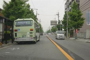 左ハンドル車 バス追い越し